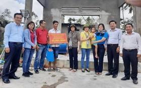 市越南祖國陣線委員會主席蘇氏碧珠(中)看望災區同胞。