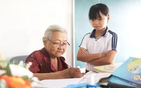 下課後,華老師會給學生批改作業後才回家。