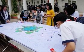 學生們以繪畫創作響應環境保護。(圖源:潘草)
