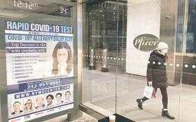 當地時間11月18日,美國輝瑞公司公佈該公司同德國生物新技術公司(BioNTech)聯合研發的新冠mRNA疫苗試驗最終結果。圖為11月18日,一名行人走過輝瑞公司紐約總部門前。(圖源:互聯網)