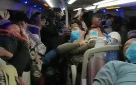 交警截停客車檢查時發現車廂乘客擁擠不堪,超載近一倍。(圖源:視頻截圖)