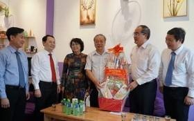 阮善仁同志(右二)贈送禮物給海南會館副理事長孫盛強。
