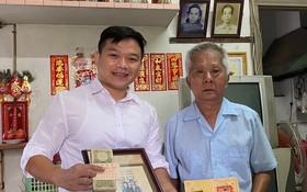 """任志偉(右)向""""西堤華人文化陳列室""""計劃捐贈父母遺物。"""
