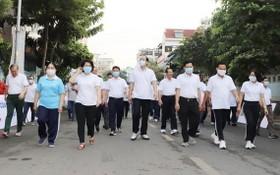 本市及富潤郡領導參加慈善步行籌款活動。(圖源:蔡芳)
