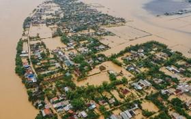 10月12日,承天-順化省多處民居區被淹沒在洪水中。(圖源:玉貴)
