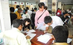 勞工在市就業介紹中心辦理手續。
