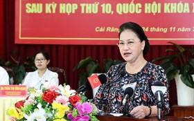 國會主席阮氏金銀在與芹苴市選民接觸會上回答選民提問。(圖源:越通社)