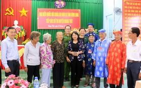 國家副主席鄧氏玉盛(中)同永隆省芒替縣丐絨鎮仁富鄉選民在接觸會上合影。