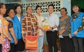 市慈善婦女會與溫陵會館代表送禮物給貧困優秀生阮黃燕兒。