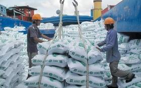 圖為大米出口裝船。(圖源:互聯網)