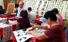 人民藝人書畫家張路在教學員寫書法。