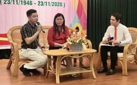 紅十字會主席黎氏寶莊(左二)與華青曾廣健(左一)正在交流。