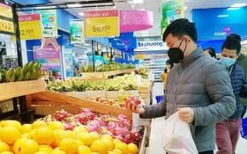 消費者在超市選購水果。(示意圖源:互聯網)