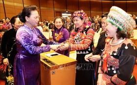 國會主席阮氏金銀同與會代表親切握手、互致問候。(圖源:越通社)