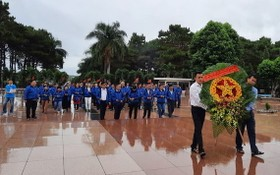 市民運幹部模範代表團在達樂省烈士陵園敬獻花圈緬懷英雄烈士。(圖源:淮南)