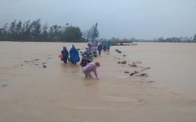 茶倫鄉河水陸續上漲,水流湍急,故若干地方車輛交通中斷。(圖源:Đ.T)