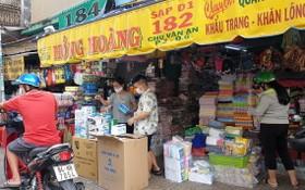 在朱文安街一帶的口罩產品攤位尚有存貨,但主要是賣寶玲品牌,大人小孩口罩都有,每盒4萬元。
