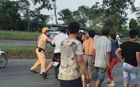 一名執勤交警遭毆打(紅圈示)。(圖源:視頻截圖)