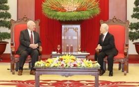 黨中央總書記、國家主席阮富仲(右)接見俄羅斯駐越南大使康斯坦丁·弗努科夫。