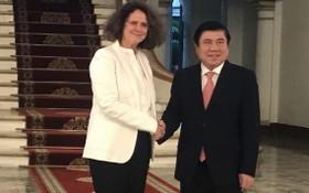 市人委會主席阮成鋒(右)接見世銀駐越南新任首席代表卡羅琳‧特克。(圖源:元幸)