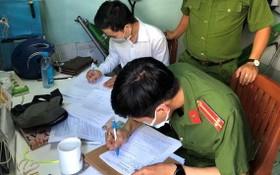 涉案嫌犯張俊弟(白衣)在拘捕令上簽字。(圖源:玉黎)