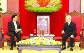總書記、國家主席阮富仲(右)接見老撾總理西蘇里。(圖源:越通社)