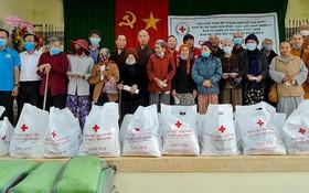 本市慈善團向災民贈送禮物。