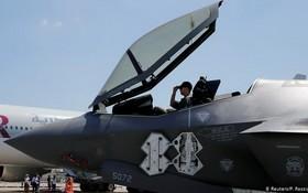 """一名美國士兵坐在洛克希德馬丁公司生產的F-35 """"閃電II """"戰鬥機的駕駛艙內。(圖源:路透社)"""