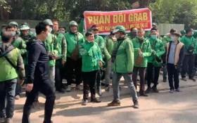 昨(7)日上午,穿著Grab制服的數百名網約司機聚集到該公司辦事處前反對運費調升。(圖源:互聯網)