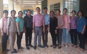 市人文社科大學中國語文系副主任張家權(左五)與滀臻省老師合影。