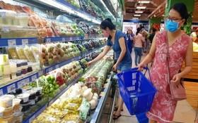 市商業合作社聯盟確保春節前後3個月商品供應充足。圖為消費者在超市選購商品。(圖源:梅花)