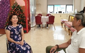 愛華大酒樓總經理關漪鏇接受越南電視台採訪。