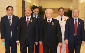 黨和國家領導人出席會議。