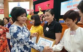 華人婦女(右起)危慧嫻、吳麗株、黃碧玉獲市婦聯會獎狀。