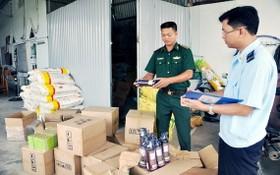 職能機關檢查走私貨品。(圖源:金華)