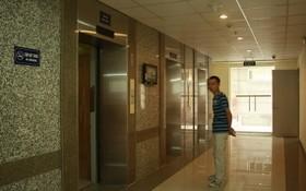 一名公寓居民在等待乘搭電梯。(示意圖源:田升)