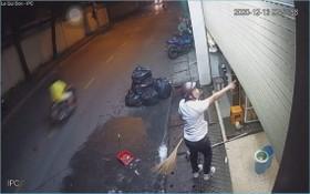 一名兇狠的男子左手持著馬刀,右手指向店內粗口大罵恐嚇店裡人員。(圖源:視頻截圖)