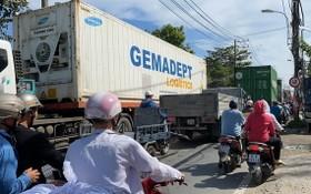 第九郡阮維貞街道狹窄,多輛卡車行駛容易引發交通事故,對民眾造成危險。(圖源:Đ.T)