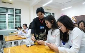 教育與培訓部對使用手機和資訊技術設備為學生學習活動服務作出適當指引,保證按目的和有效使用。(圖源:自忠)