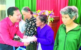 阮煌恩副主席向災民贈送禮物。