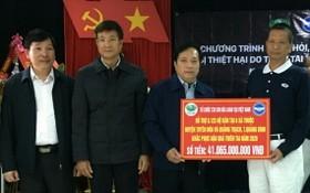 台灣佛教慈濟慈善基金會越南聯絡處負責人陳大瑜(右一)向廣平省領導轉贈善款。