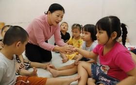 陳紅蝶老師與第十郡阮廷炤特殊學校的視障學生玩耍。