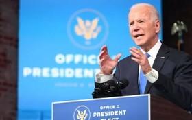 美國選舉人團當地時間14日完成投票後,總統當選人拜登在德拉瓦州威明頓對全國發表談話。(圖源:AFP)