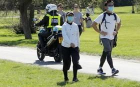 在倫敦的普里姆羅斯山警察勸離戶外聚集者。(圖源:AP)