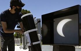 男子將日全食投影到幕布上。(圖源:Getty Images)