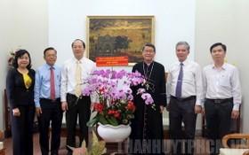 市領導探望天主、基督教模範單位與個人