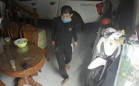 高清監控視頻拍下了一名戴著口罩的盜賊真面目。(圖源:視頻截圖)