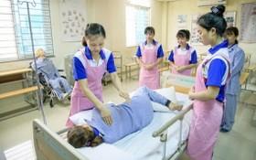 準備赴日的護理實習生在接受訓練。