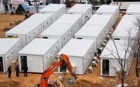 韓國首爾拍攝的用集裝箱改造中的臨時病房。(圖源:路透社)