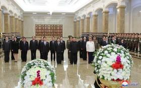 朝鮮最高領導人金正恩(前排左三)前往繡山太陽宮參謁,悼念父親金正日去世九周年。(圖源:朝中社)